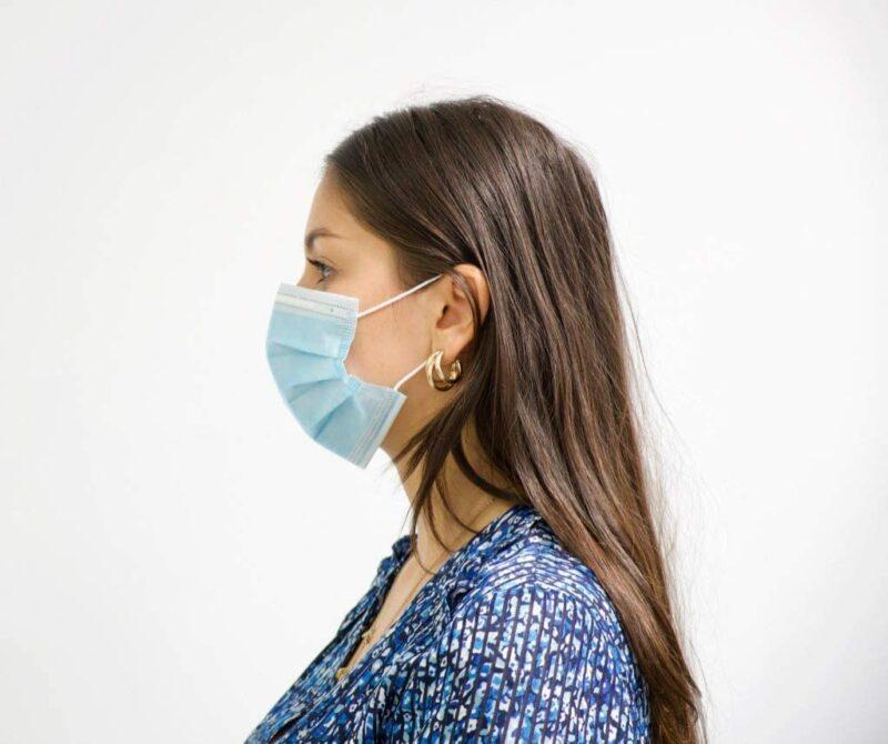 Femme de profil portant masque KB Medica
