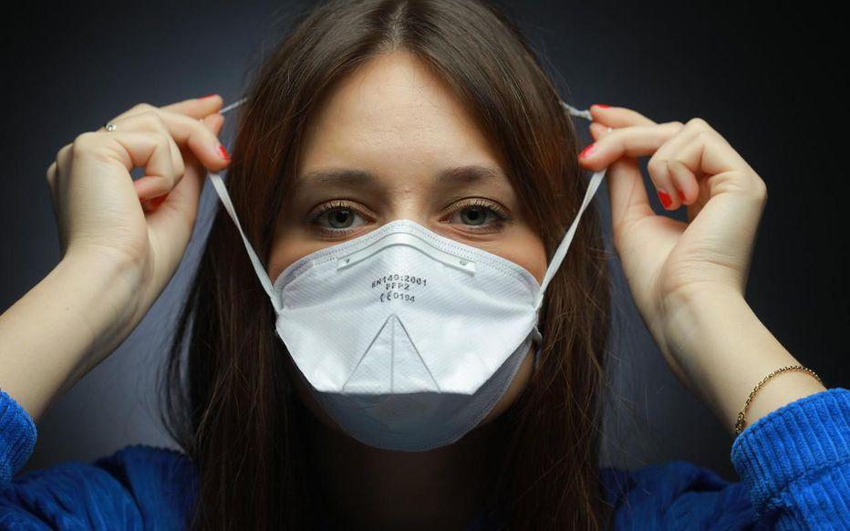 France Masque Blog femme enfilant un masque FFP2