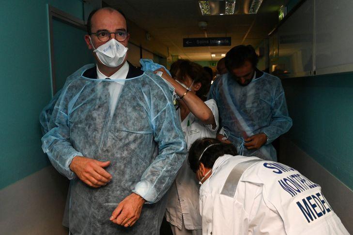Jean Castex protant des protections individuelles médicales