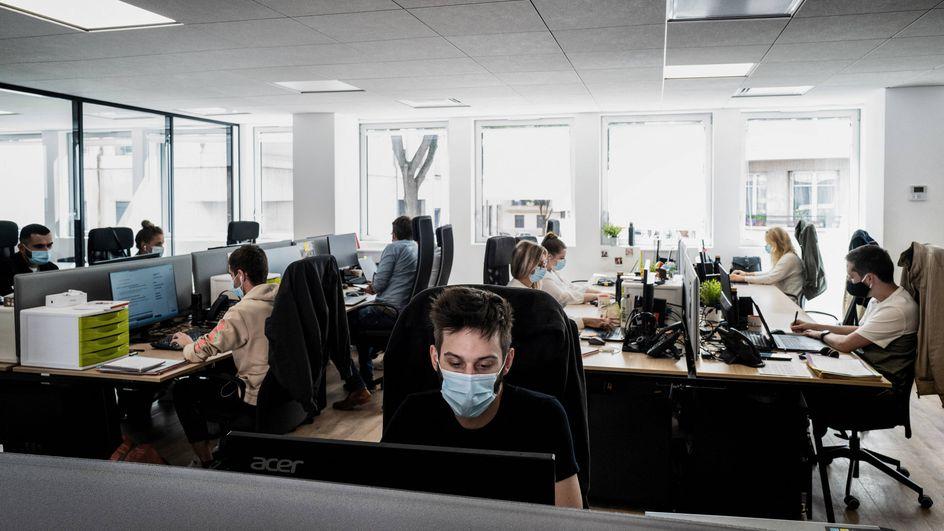 Port du masque au travail : pourquoi l'abandon n'est pas pour tout de suite
